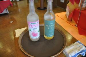 左は桃のワイン