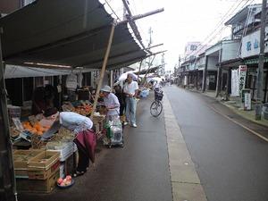 新潟県上越市高田の大町の朝市の風景