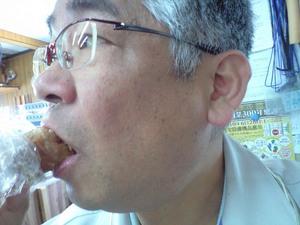 食べているところ、蛇口まん内藤